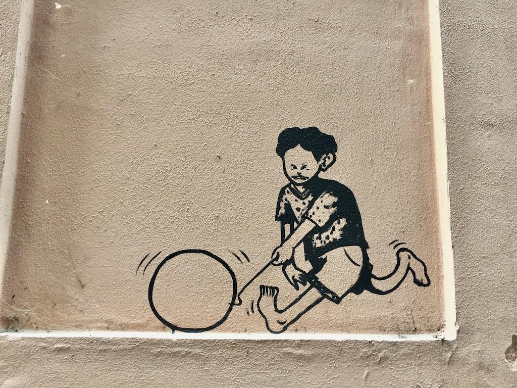Graffiti Junge mit Reifen