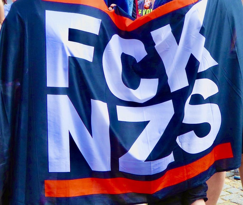Fahne auf Demo FCKNZS