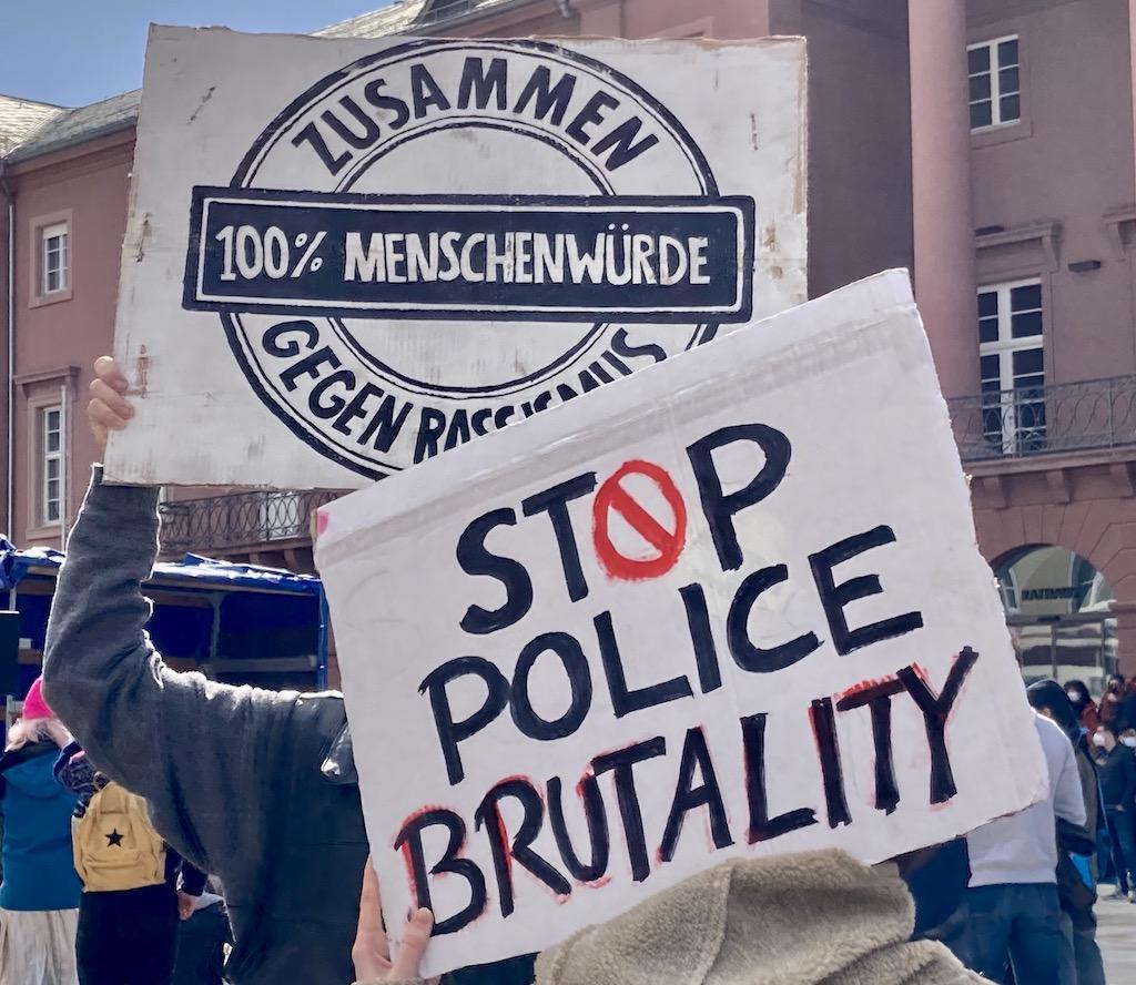 Demoplakate gegen Rassismus