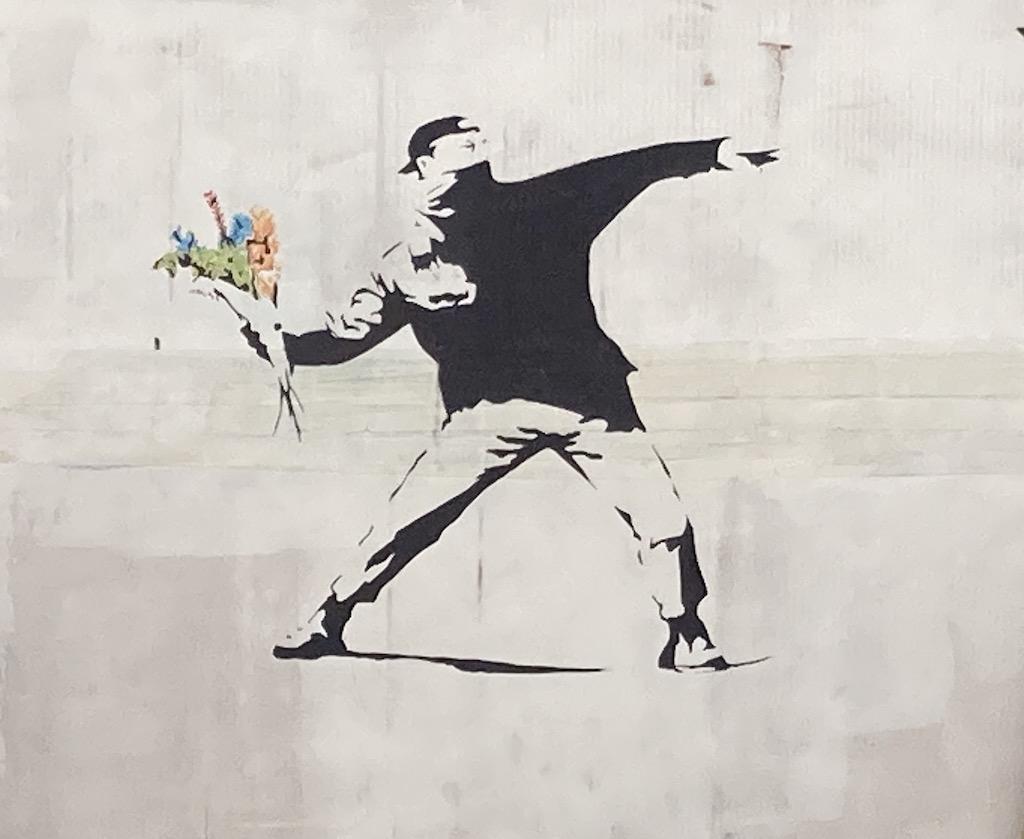 Demonstrant wirft Blumen